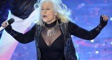 Sanremo, inizio turbolento con boom di ascolti. Letizia Casta in lingerie duetta con Fazio. Carrà scatenata